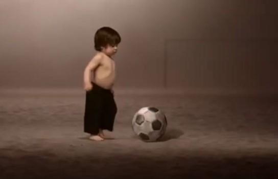Baietelul Shakirei joaca fotbal cu un... elefant!
