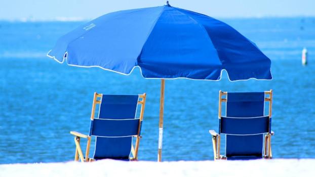 Soarele este periculos chiar şi sub umbrelă! Recomandările dermatologului