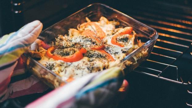 Rețetă pentru o cină rapidă: Brânză feta la cuptor cu roşii