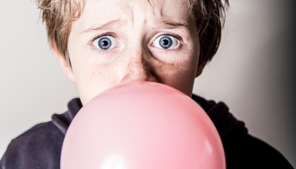 VIDEO Copilul tău a înghițit guma de mestecat? Când este cazul să mergi la medic