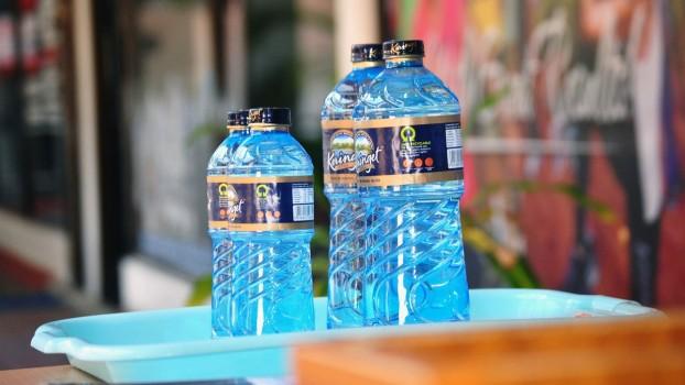 Atenție la apa îmbuteliată în sticle de plastic! Cât de periculoase sunt aceste ambalaje?