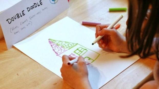 Cum poți desena cu două mâini