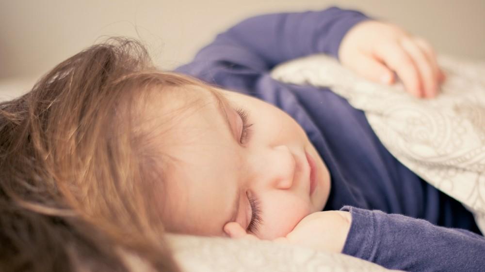 La ce oră merge la culcare copilul tău? Cu cât mai devreme, cu atât mai bine!