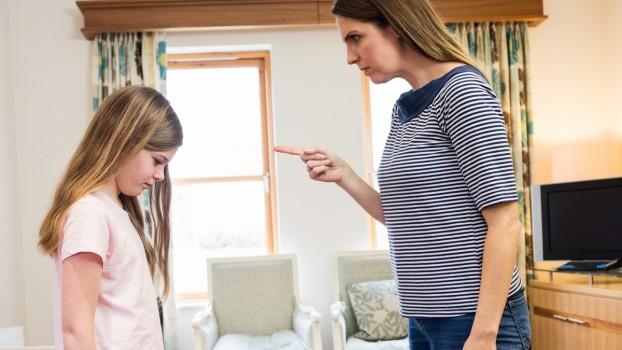 Mamele își pedepsesc copiii mai des decât o fac tații. Rezultatele unui studiu