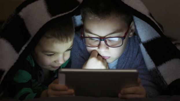 La ce risc sunt expuși copiii care stau mai mult de 90 de minute în faţa ecranelor? Rezultatul unui studiu
