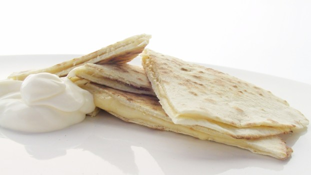 Quesadilla cu brânză şi ou: Un mic-dejun pe care îl poți transforma în gustare pentru școală