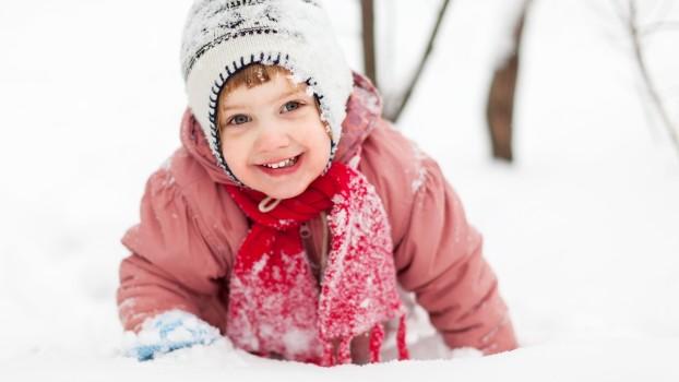 Cum îi îmbrăcăm pe copii iarna? Fără fular la gură și pulovere groase