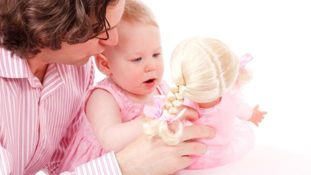 De ce tăticii ar trebui să se joace cu păpușile alături de fiicele lor