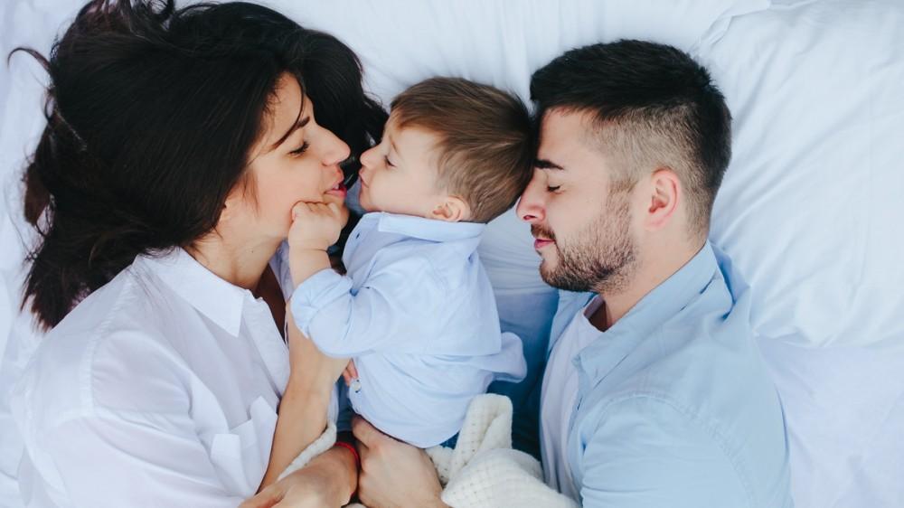 Recomandarea pediatrului: Copiii ar trebui să doarmă în pat cu mama lor până la vârsta de 3 ani
