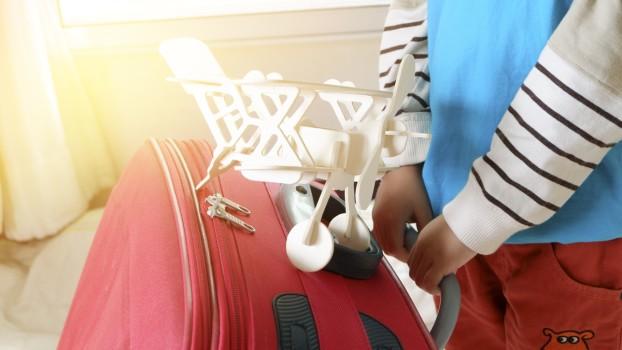 Prima călătorie cu avionul a copilului: Ce trebui să conțină bagajul de mână