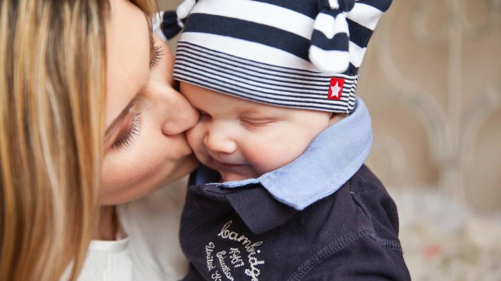 Indemnizațiile pentru mame și concediile medical vor fi, din nou, modificate. Ce ordonanță pregătește Guvernul