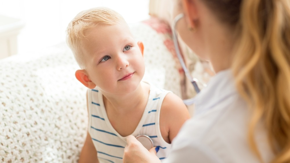 Avertismentul pediatrului: Un copil nu răceşte pentru că s-a jucat afară!