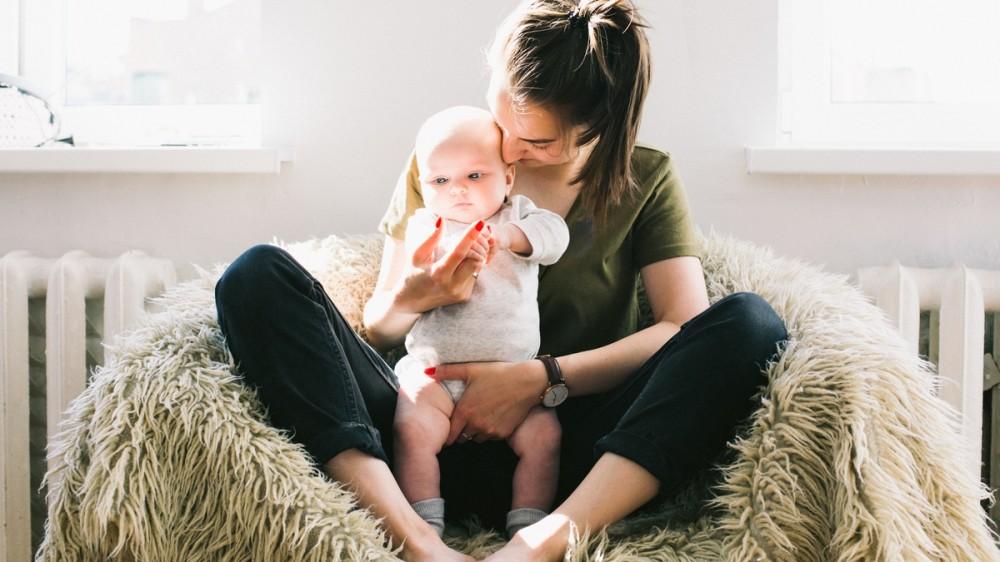 Indemnizaţiile pentru mame şi concediile medicale au fost modificate. Ce prevede noua ordonanță de Guvern