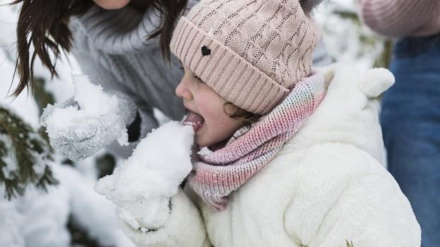 În ce condiții pot copiii să mănânce zăpadă? Rezultatele unui studiu realizat de cercetătorii români