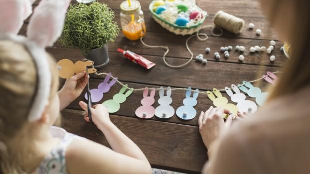 Decorațiuni de Paști: Cum să faci o ghirlandă cu iepurași din hârtie