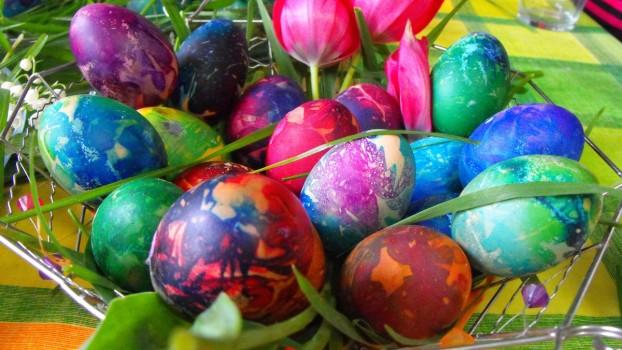 Cum să vopsești ouăle de Paști cu hârtie creponată: Idei pentru părinți și copii