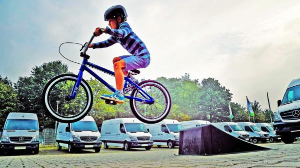 Reguli pentru bicicliști: Copiii mai mici de 14 ani NU au voie cu bicicleta pe sosea