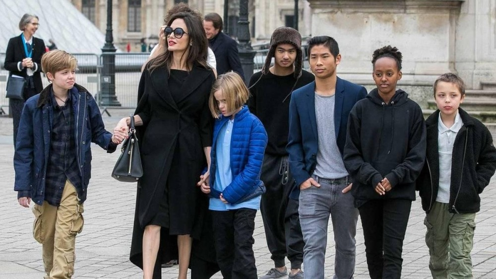 Angelina Jolie riscă să piardă custodia celor şase copii. Care este motivul?