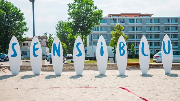 Distracție la superlativ și bronz fără griji pentru toat vârstele pe plaja Sensiblu