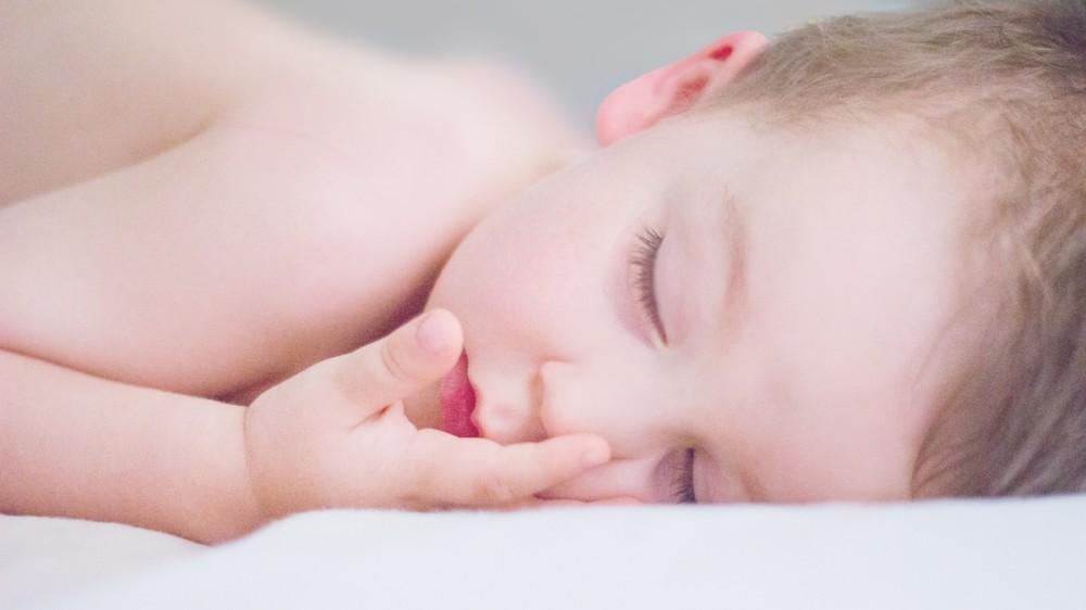 Probleme de somn la copii: Obiceiul părinților care crește riscul celor mici de a sforăi