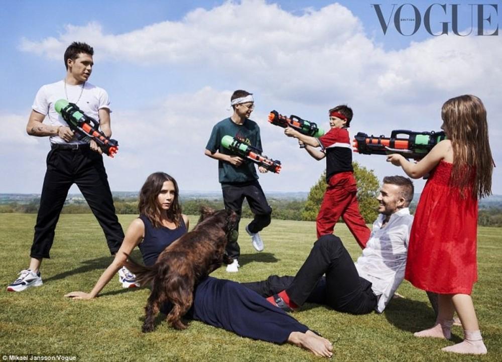 Victoria și David Beckham, alături de cei patru copii, într-un pictorial special
