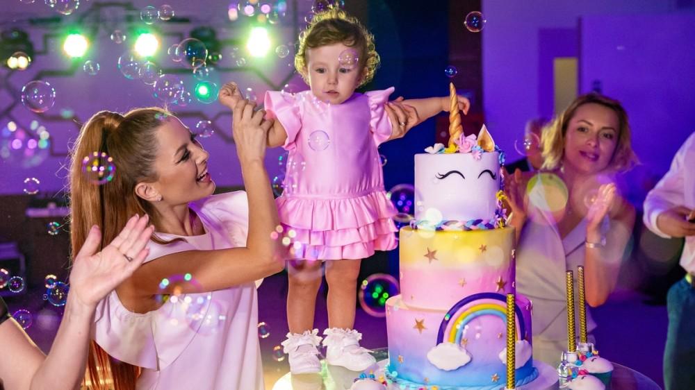 Ce a ales fetița Elenei Gheorghe de pe tavă la petrecerea turtei? GALERIE FOTO