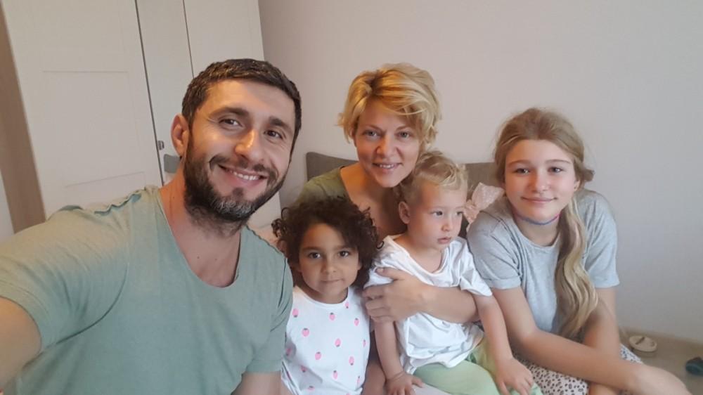 """Dragoș Bucur, detalii despre procesul de adopție al celui de-al treilea copil: """"Fetița noastră mijlocie, Roxana India, este de etnie romă"""""""