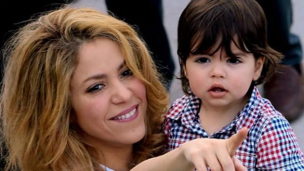 Shakira isi invata baietelul sa citeasca VIDEO
