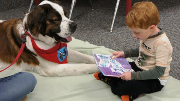 Copiii pot învăţa să citească mai uşor lângă un câine