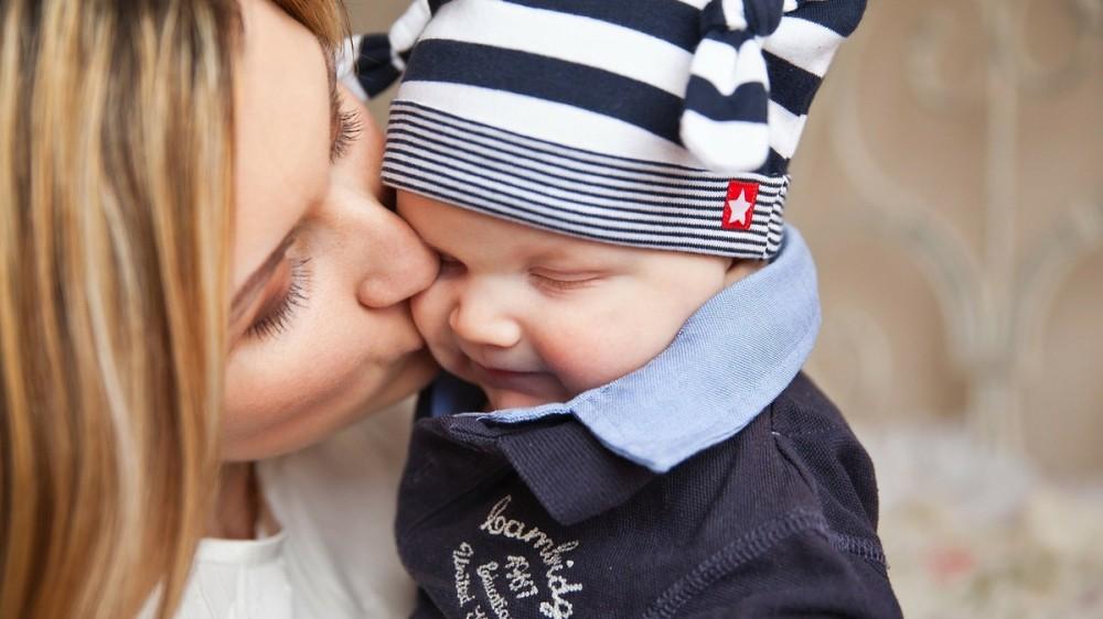 Indemnizaţiile pentru creşterea copilului vor fi plafonate. Care este suma maximă pe care o poate primi o mămică?