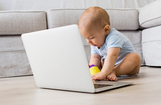 Când copilul strică laptopul: 3 măsuri pe care le poți aplica de urgență