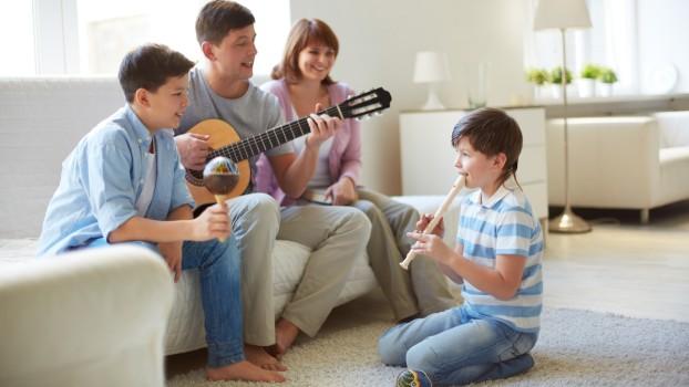 De ce ar trebui să învețe copii să cânte la un instrument muzical? 5 beneficii mai puțin cunoscute