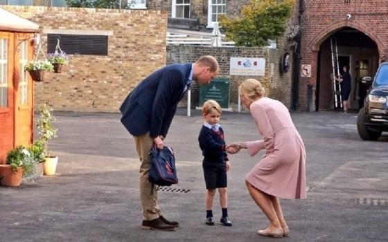 Prima zi de școală a Prințului George. Moștenitorul Marii Britanii a fost însoțit de tatăl său VIDEO