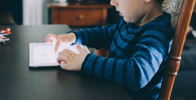 Autismul virtual. Cum poți combate efectele ecranelor asupra copiilor mici