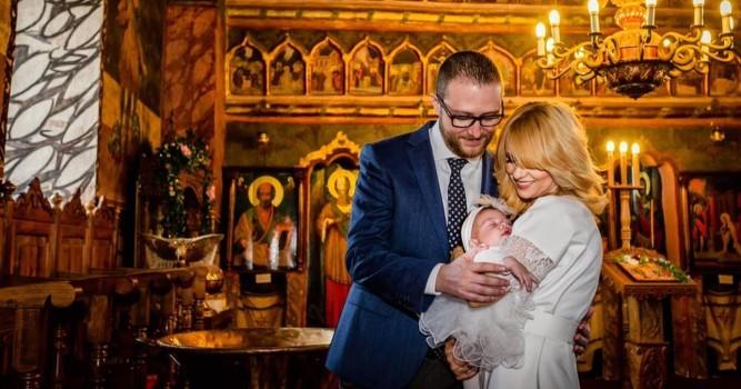 Simona Gherghe și-a botezat fetița. Cine sunt nașii micuței?
