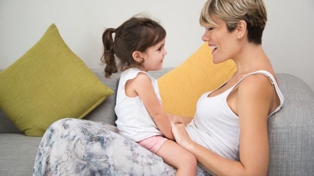 Cum să te joci cu copiii fără să te ridici de pe canapea? 5 jocuri pentru părinți obosiți