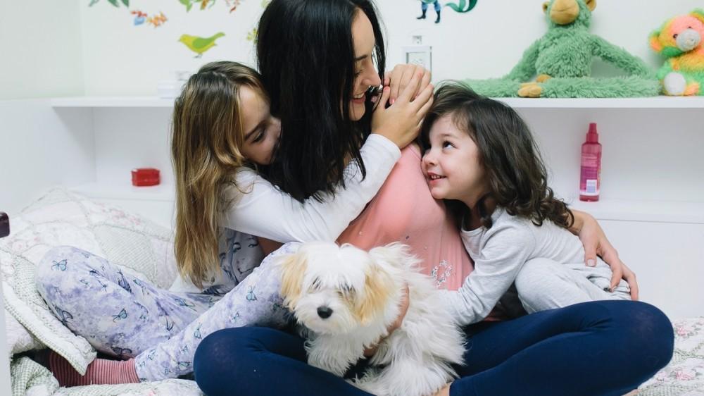 Familiile cu un singur părinte vor primi ajutor lunar de până la 1.200 de lei. De când se aplică hotărârea și ce acte sunt necesare