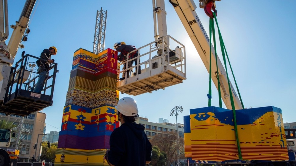 Un nou record mondial: Un turn de 36 de metri înălţime construit din piese Lego