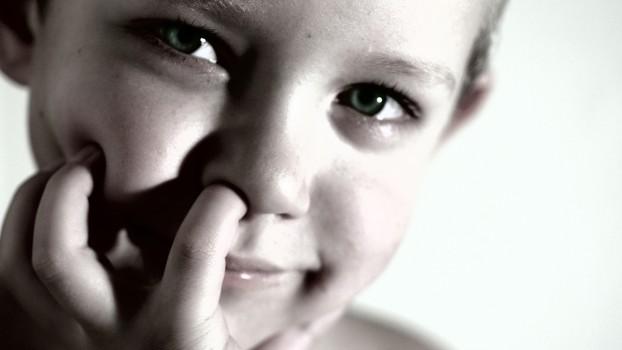 Copilul tău stă cu degetul în nas? Lasă-l! Este un obicei sănătos, potrivit unui studiu