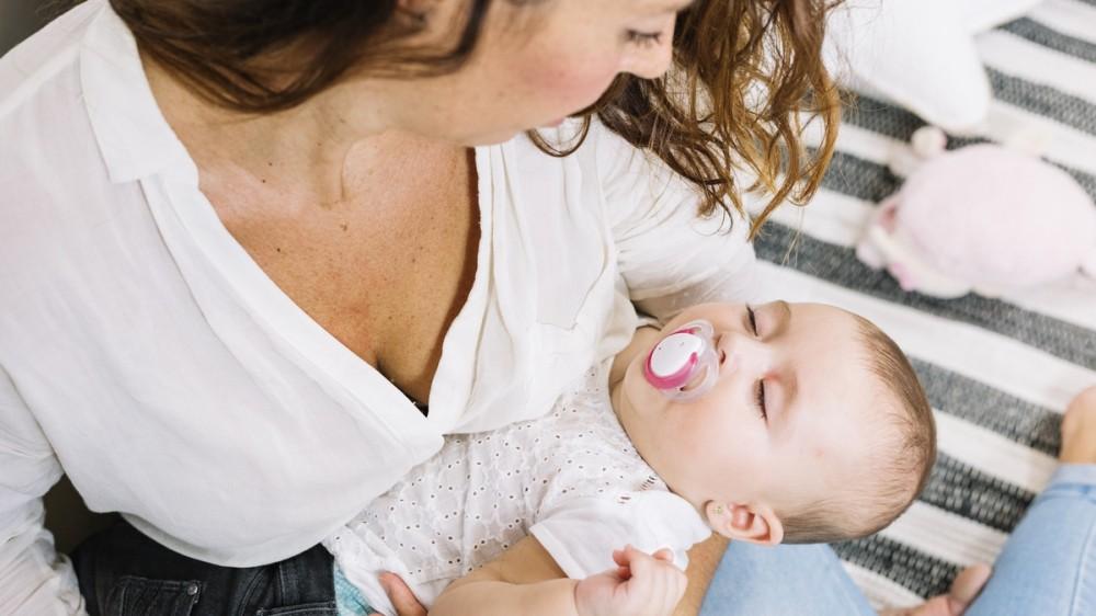 În ce fel afectează indemnizațiile mamelor transferul contribuțiilor pe salariat?