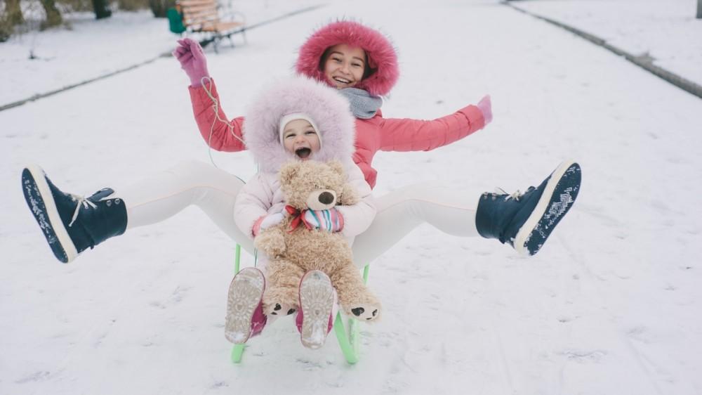 Cât timp pot petrece copiii afară, în frig? Ghid orientativ pentru părinți