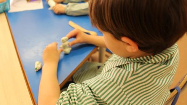 Jocul cu plastilina. Ce beneficii aduce în dezvoltarea fizică și mentală a unui copil