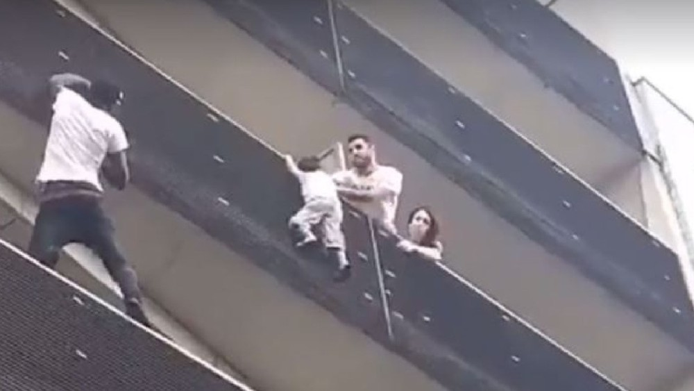 Un băiețel atârnat de un balcon în Paris a fost salvat de un imigrant. Eroul a primit cetățenia franceză