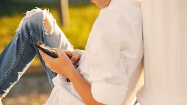 Telefoanele mobile, interzise prin lege în şcolile primare şi generale din Franţa