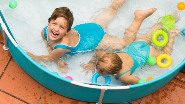 5 jocuri distractive pentru copii de încercat la piscină