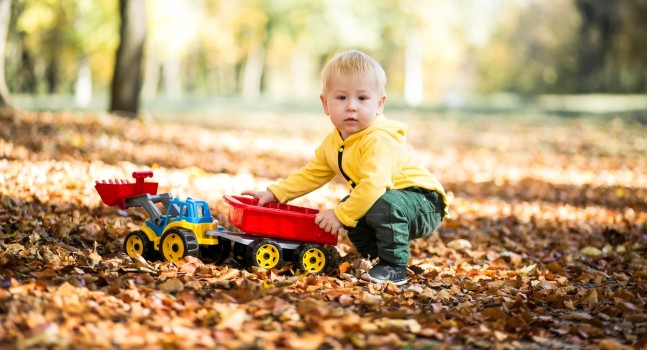 Cum îi îmbrăcăm pe copii toamna? Fără căciuli și pulovere groase